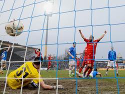 Ömer Toprak (r.) bejubelt den Ausgleichstreffer für Bayer Leverkusen am Böllenfalltor