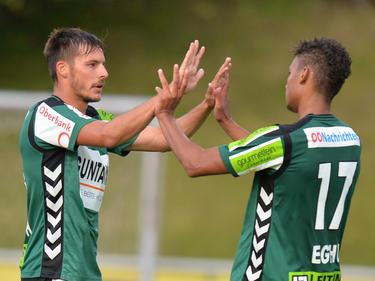 Rieds dreifacher Torschütze Clemens Walch (links) klatscht mit Marvin Egho ab