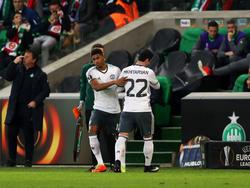 Henrikh Mkhitaryan (r) muss nach einer Verletzung frühzeitig den Platz verlassen