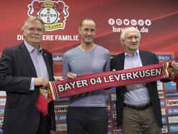 Heiko Herrlich (M.) ist neuer Bayer-Trainer