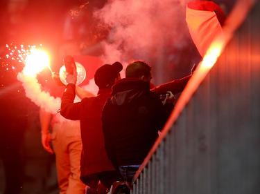 Die Düsseldorfer Fans zündeten im Duisburger Stadion bengalische Feuer