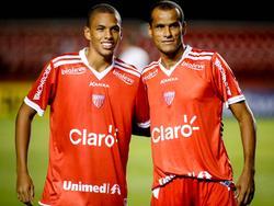 Rivaldo (r.) und sein Sohn Rivaldinho posieren gemeinsam im Dress von Mogi Mirim