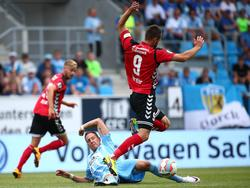 Der Chemnitzer Tim Danneberg grätscht den Großaspacher Pascal Breier am ersten Spieltag der Saison 2016/17 astrein um.