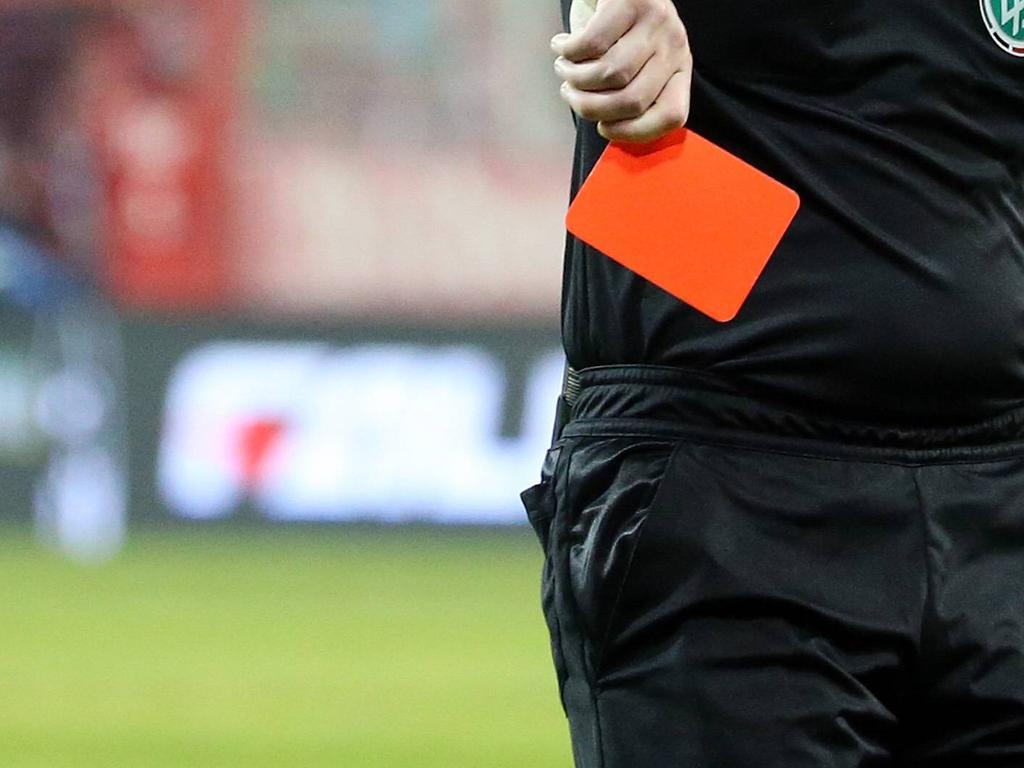 Rote Karte für FIFA-Referee Joseph Lamptey