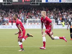 Sean Klaiber (l.) heeft met een prachtige volley FC Utrecht op voorsprong geschoten. Simon Makienok (r.) wil het feestje met hem meevieren. (20-07-2017)
