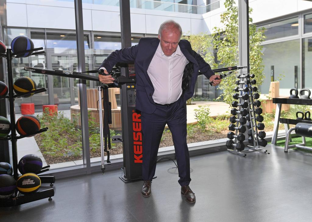 Der sportliche Leiter Hermann Gerland versucht sich