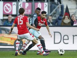 Mateo Cassierra (m.) wordt ingesloten door Guus Til (l.) en Alireza Jahanbakhsh (r.) tijdens AZ - Ajax. (06-11-2016)