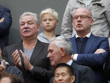 Frans van Seumeren (l.) zit tijdens Ajax-FC Utrecht naast algemeen directeur Wilco van Schaik. (02-10-2016)