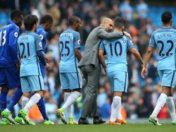 Pep Guardiola (M.) freute sich über den Sieg gegen Leicester City