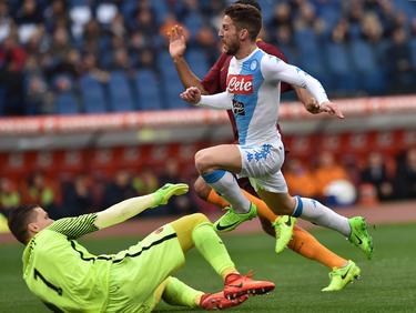 Im Kampf um die CL-Plätze gewinnt der SSC Neapel durch zwei  Tore von Dries Mertens (M.) mit 2:1. In dieser Szene ist Roma-Keeper Wojciech Szczesny (l.) chancenlos. (04.03.2017)