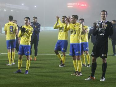De spelers van SC Cambuur bedanken de meegekomen supporters na de zege op Almere City FC. (17-02-2017)