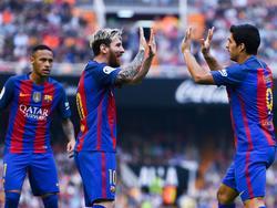 Der FC Barcelona will nach Neymar auch Messi (m.) und Suárez (r.) binden