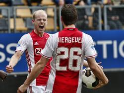 Davy Klaassen (l.) schreeuwt het uit na de openingstreffer tegen Roda JC. Viergever (r.) juicht mee. (05-02-2017)