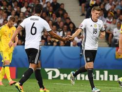 Sami Khedira (l.) und Toni Kroos dirigieren das deutsche Mittelfeld