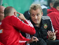 Muss man sich ob des rot-weiß-roten Fußballs an den Kopf greifen? Rapid-Trainer Mike Büskens ist nicht dieser Meinung