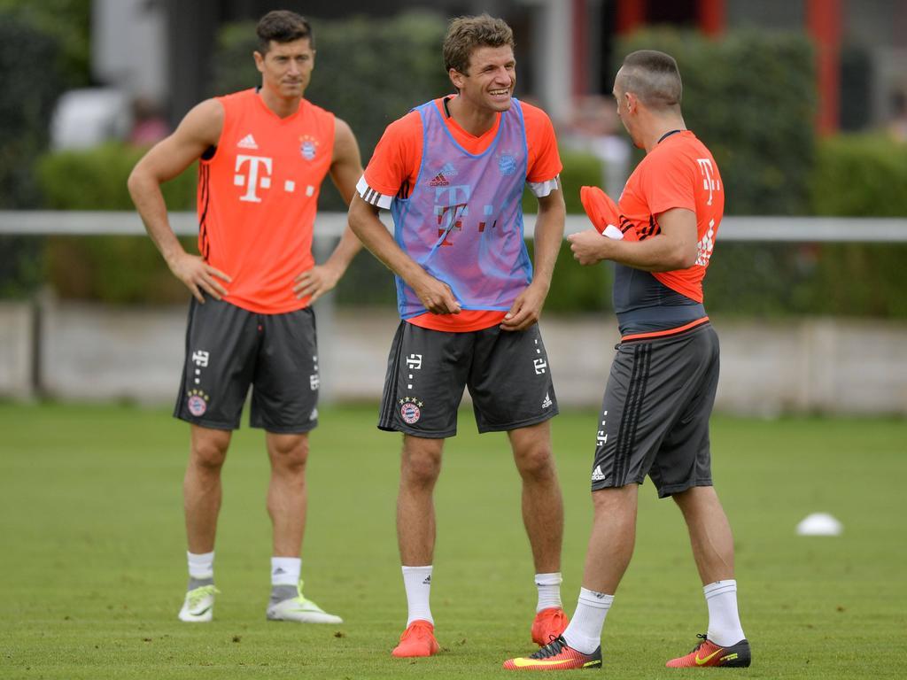 Müller (Mitte), wie immer gut gelaunt zwischen Lewandowski (l.) und Ribéry (r.)