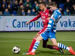 Richairo Živković (l.) is tijdens de bekerwedstrijd PEC Zwolle - FC Utrecht in een sprintduel verwikkeld met Bart Schenkeveld (r.). (14-12-2016)