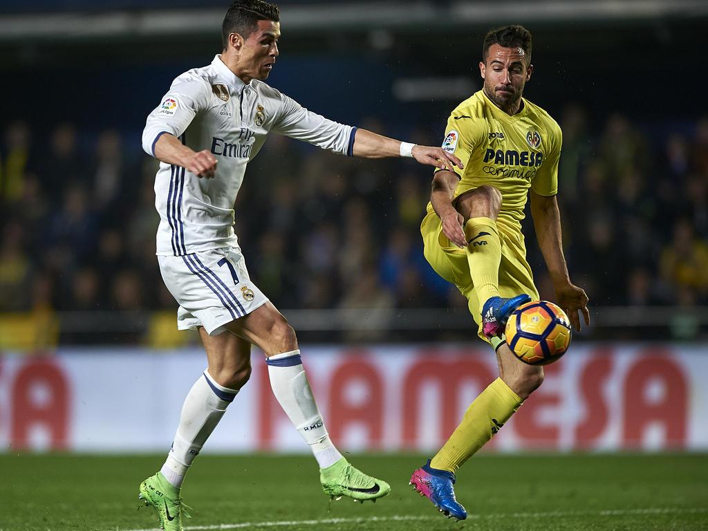 Villarreals Mario Gaspar (r.) kommt vor Madrids Superstar Cristiano Ronaldo an den Ball. (26.2.2017)