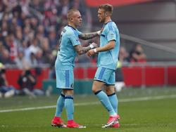 Nicolai Jørgensen (r.) verlaat al vroeg geblesseerd het veld tijdens het competitieduel Ajax - Feyenoord (02-04-2017).