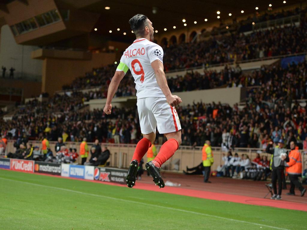 AS Monaco maakt korte metten met Borussia Dortmund en komt snel op 2-0. Niet Kylian Mbappé, maar een andere topspits van de Fransen scoort: Radamel Falcao. (19-04-2017)