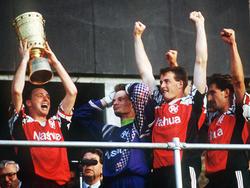 Hannover 96 bejubelt den DFB-Pokalsieg - Keeper Jörg Sievers (2. v. l.) kann sein Glück kaum fassen
