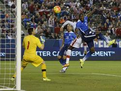 Altidore bate de cabeza al guardameta de la selección canadiense. (Foto: Getty)