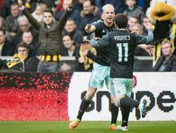 Op aangeven van Amin Younes (r.) schiet Davy Klaassen (l.) Ajax op een 0-1 voorsprong tegen Vitesse. (19-02-2017)