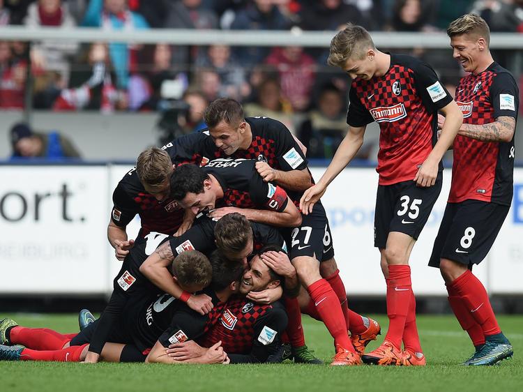 Freiburgs Spieler jubeln über ein Tor gegen die SpVgg Greuter Fürth (18.10.2015)