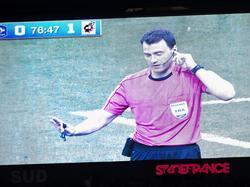 Auf der Lewand zu sehen: Zwayer bemühte zwei Mal den Videoschiedsrichter