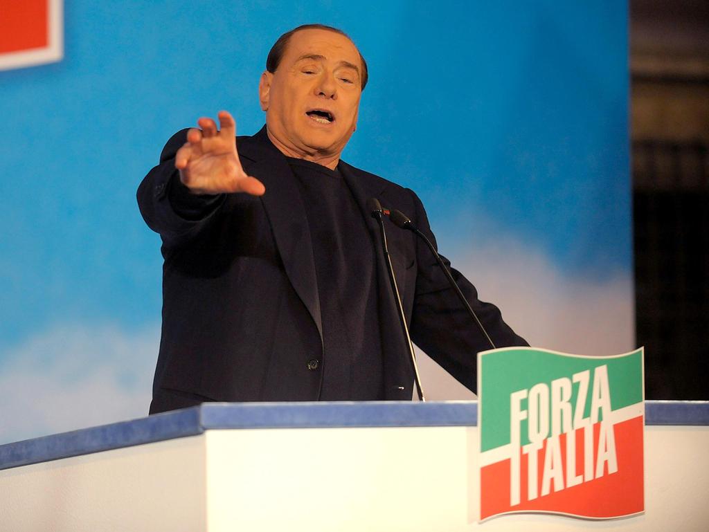 Milan-Legende Silvio Berlusconi (r.) nimmt den Absturz auf seine Kappe