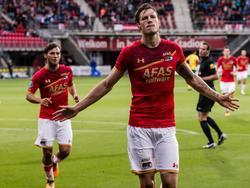 Wout Weghorst viert zijn treffer tegen ADO Den Haag. Joris van Overeem komt aangelopen om de treffer mee te vieren. (19-08-2017)