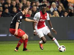 Ajax-aanvaller Bertrand Traoré (r.) probeert vrij te komen van Excelsior-verdediger Danilo Pantić. (29-10-2016)