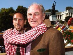 Ribéry (l.) hat ein ganz besonderes Verhältnis zu Hoeneß