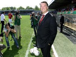 AZ-trainer Louis van Gaal poseert voor de fotografen voor de kampioenwedstrijd tegen SBV Excelsior. (29-04-2007)