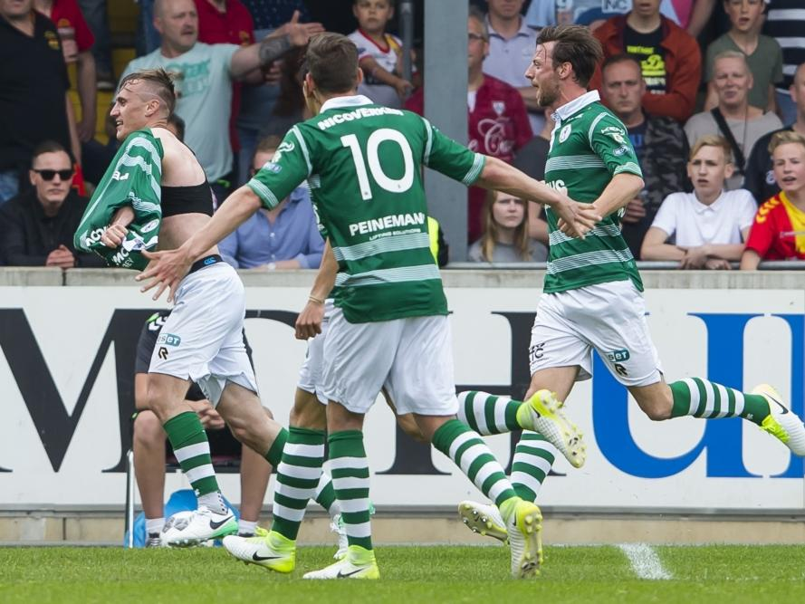Martin Pušić (l) trekt zijn shirt uit om zijn doelpunt te vieren met Spartanen Stijn Spierings (m) en Bart Vriends (r). (14-05-2017)