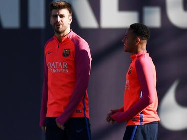 Gerard Pique (l.) kündigt den Verbleib von Neymar beim FC Barcelona an.