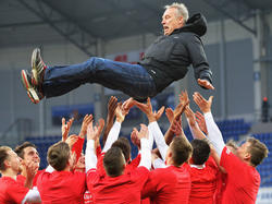 Freiburgs Spieler lassen Trainer Streich nach geschafften Aufstieg hochleben