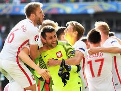 Polens Spieler wussten, dass sie sich bei Łukasz Fabiański bedanken mussten