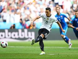 Mesut Özil scheitert gegen die Slowakei vom Punkt