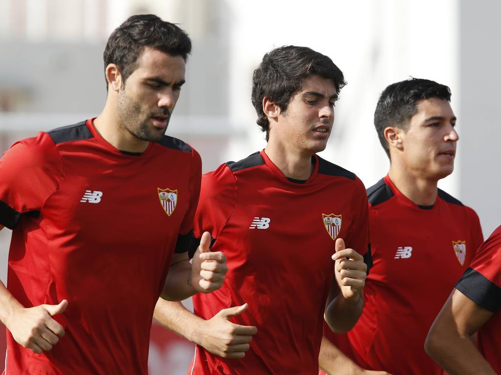 Carlos Fernández (centro) entrenando con el primer equipo. (Foto: Imago)