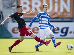 PEC Zwolle speler Thomas Lam (r.) is eerder bij de bal dan Excelsior speler Jeff Stans (l.) (22-03-2015)