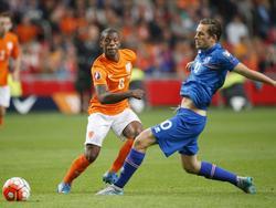 Gylfi Sigurðsson (d.) toca el cuero en una acción del partido ante Holanda. (Foto: Getty)