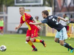 Marcel Ritzmaier (l.) draait weg bij Joël Veltman (r.) tijdens de competitiewedstrijd tussen Go Ahead Eagles en Ajax. (28-08-2016)