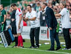 Trainer Dirk Schuster (2.v.l.) fordert Konzentration gegen Mainz