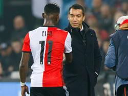 Giovanni van Bronckhorst (r.) haalt Eljero Elia (l.) tijdens het bekerduel Feyenoord - Excelsior na iets meer dan een uur spelen naar de kant. (26-10-2016)
