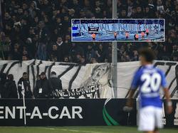 """Das beleidigende """"Nazi""""-Banner der Saloniki-Fans (Bildmontage, Quelle: imago / twitter.com/tobeilinho)"""