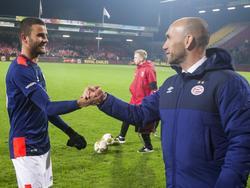 Jürgen Dirkx (r.) feliciteert matchwinner Rai Vloet na afloop van de wedstrijd tegen Go Ahead Eagles. Vloet maakt de 1-2 en bezorgt zijn ploeg de drie punten. (15-01-2016)