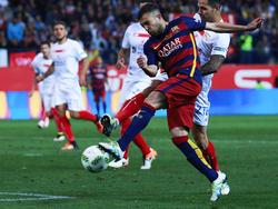 Jordi Alba golpea la pelota para adelantar al Barça en la prórroga. (Foto: Getty)