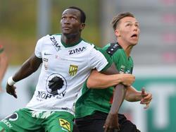Raphael Dwamena von Austria Lustenau und  Michael Lercher von Wacker Innsbruck haben gemeinsam den Ball im Blick (19.08.2016)
