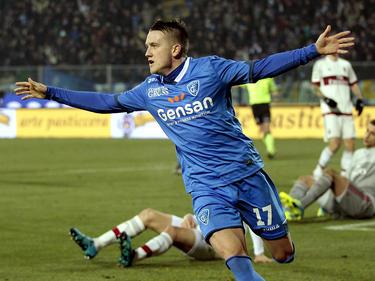 Piotr Zieliński is trefzeker voor Empoli FC tegen AC Milan en zet de gelijkmaker op het scorebord. (23-01-2016)